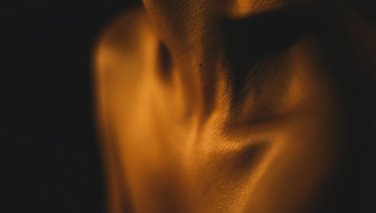 Detoxikace těla, při které se žena začíná potit.