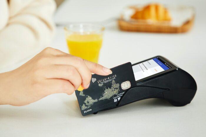 Použití kreditní karty při placení v obchodě.