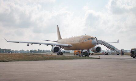 Takhle nějak vypadají největší letadla světa na ranveji.