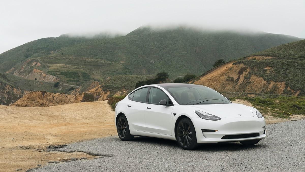 Model elektromobilu Tesla, která si získal velkou popularitu.