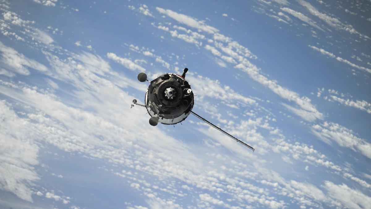 Umělé družice pohybující se vesmírem kolem planety Země.